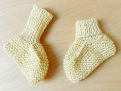 Pienten vauvan tossujen tekeminen onnistuu myös aloittelijalta, koska tossut neulotaan yhtenä palana ilman kavennuksia tai lisäyksiä.