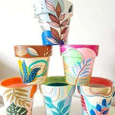 Flower Pot Art, Flower Pot Design, Painted Plant Pots, Painted Flower Pots, Pots D'argile, Clay Pots, Succulent Pots, Succulents, Jungle Flowers
