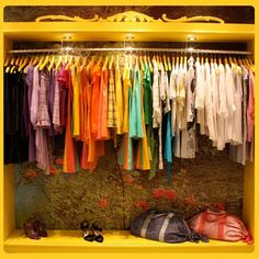 """"""" Pequeno Mundo , Meu lar..."""": Quem não tem guarda roupa usa araras..."""
