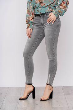 Colectia ta de jeans din sezonul acesta nu este completa fara aceasta pereche de jeansi clasica de culoare gri. Au croiul mulat, buzunare, se inchid cu fermoar si nasture. Skinny Jeans, Casual, Pants, Fashion, Trouser Pants, Moda, Fashion Styles, Women's Pants, Women Pants