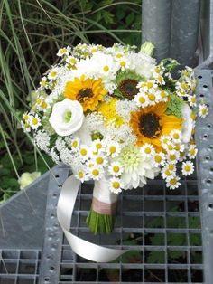 Ein undankbares Thema für beide Seiten: Sonnenblumen am Hochzeitstag. Aber es funktioniert: Frisch und frech im August.