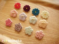 刺繍ブローチ まぁるい和の花(紅梅色)