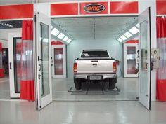 Cabine de pintura com porta lateral e transportador lateral