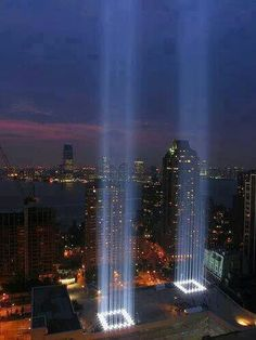 Memorial in NYC, lights light up the sky to observe those lost in world trade center tragedy. Photographie New York, 11 September 2001, Tribute In Light, 911 Tribute, City That Never Sleeps, Jolie Photo, City Lights, Spot Lights, Public Art
