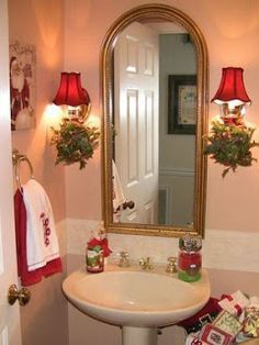 25 Captivating Christmas Bathroom Decoration Ideas You Just Can't Miss Adorable Christmas bathroom decoration with red lamp shade. Simple Christmas, Beautiful Christmas, Christmas Home, Christmas Lights, Country Christmas, Christmas Ideas, Merry Christmas, Christmas Bathroom Sets, Red Bedroom Decor