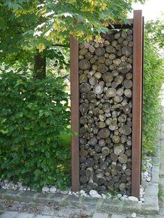 Holzregal 1083 aus Cortenstahl, dekorativ für Garten und Wohnung