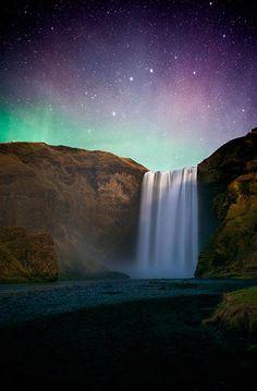 Com paisagens surpreendentes, que parecem até de mentira, a Islândia é um lugar onde o fascínio prevalece nos olhos de quem já pisou nestas terras longínquas.