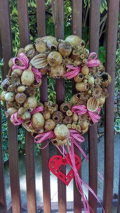 Makovičáček+do+červena+laděný+Věneček+z+makovic+dozdobený+do+červena.+Průměr+asi+24+cm. Fall Decor, Holiday Decor, Diy Wreath, Poppies, Christmas Wreaths, Floral Wreath, Projects To Try, Bows, Autumn