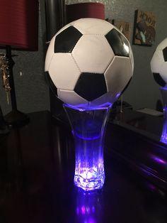 A bit too simple, but ok Soccer Centerpieces, Banquet Decorations, Party Centerpieces, Centerpiece Decorations, Centrepiece Ideas, Soccer Theme Parties, Soccer Party, Soccer Ball, Parties Kids
