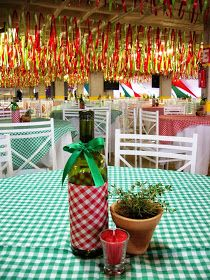 Save wine bottles and wrap with check fabric Italian Buffet, Italian Bistro, Christmas In Italy, Italian Christmas, Pizza Party, Italian Party Decorations, Italy Party, Italian Themed Parties, Chef Party