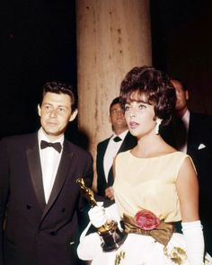 """Elizabeth Taylor - Best Actress Oscar for """"Butterfield 8"""" 1960, with her fourth husband Eddie Fisher."""