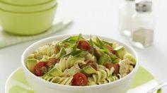 Perfekt für den Grillabend oder die Mittagspause: Pastasalat mit Avocado |