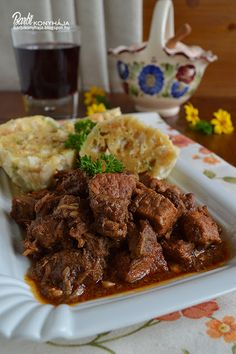 Barbi konyhája: Vörösboros marhapörkölt zsemlegombóccal Ital Food, Hungarian Recipes, Chicken Wings, Food And Drink, Beef, Dishes, Baking, Drinks, Kitchen