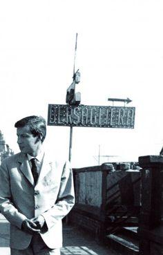 Nel 1960, Fabrizio De André soggiornò per sei mesi a Napoli, innamorato di una ragazza del posto. In una rara foto trovata per caso dalla vedova
