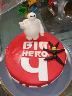 La torta di compleanno per il nostro Big Hero: Pietro, oggi 4 anni! Base al cioccolato, una morbidissima torta umida quanto basta da non necessitare bagna, farcita con crema al latte alla vaniglia.