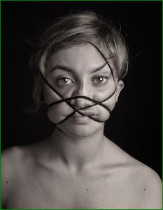 """ Dismorfobina ""is a series of photographs made ​​by the Spanish artist Natalia Pereira based in Barcelona. A series of portraits whose face was disfigured by a rubber band wrapped tightly around the subject's head reflects "" the distortion of our identity when we are desperately trying to fit into a perfect mold that is not ours. An endless quest and need to be what we are not. """