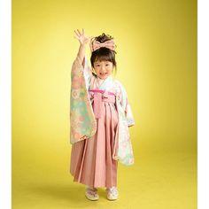 【onosha_artist】さんのInstagramをピンしています。 《本日は3歳さんの袴スタイルですっ✨優しいお色味の桜が描かれたお着物とピンクの袴を合わせましたっ3歳さんの袴もとっても可愛らしくて素敵です✨#小野写真館#グランフォト#ひたちなか#写真#写真館#3歳#お着物#着物#和#袴#リボン#ピンク#水色#桜#かわいい#和モダン #七五三#写真好きな人と繋がりたい #photo #kids#cute#pink》