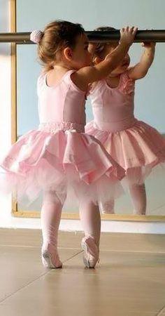 oh little girl, you are so adorable in your pink tutu, but it only gets harder.your poor toes.but keep going.dance ballet til your last breath. Dance Like No One Is Watching, Just Dance, Baby Kind, Baby Love, Baby Baby, Kind Photo, Foto Baby, Little Ballerina, Ballerina Pink