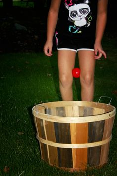 These movement activities for kids will be a challenge: to get apples safely into the baskets without using their hands!   #coordination #farm #applepicking