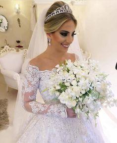 Noiva linda e princesa para inspirar nosso domingo! 😍❤👰🏼 www.quemcasaquerdicas.com | www.guiaqcqd.com 📸 e 👑 Miguel Alcade