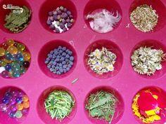 Activité Enfants - Extérieure - sensorielle - créer des glaçons du jardin, végétaux, glaçons d'herbe, de fleurs de feuilles de baies - glaçons de perles d'eau - à faire fondre à la main, à la pipette avec de l'eau ou à casser avec un marteau maillet ou caillou - canicule - se rafraichir sensoriel - activité extérieure - issu du blog Maman Sur Le Fil Leaves, Flowers