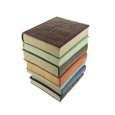 Stapel Boeken Poef, ook al kom je niet toe aan het lezen van de enorme stapel boeken, op deze stapel kun je tenminste je voeten laten rusten. De Boeken Kruk is een geweldig kruk om op te zitten, maar ook handig als voetensteun of bijzet tafeltje. De Boeken Kruk is zeer geschikt voor in de woonkamer of slaapkamer, maar is altijd een opvallend en praktisch meubelstuk in huis.