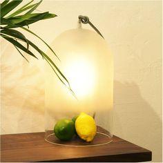 Lampe à poser Dewy - H42 cm - Verre - Eno Studio| Lumi-Design Simple et évanescente à la fois, la lampe à poser Dewy est un véritable dôme lumineux en verre pour éclairer votre intérieur. Elle s'intégrera partout, sur un meuble ou à même le sol. Cherchant en vain à contenir la lumière en son sein, elle diffusera une lumière douce et feutrée dans la pièce où elle se trouve. Le travail effectué sur le verre est impressionnant, tant sur le travail du dégradé que sur le jeu de transparence.