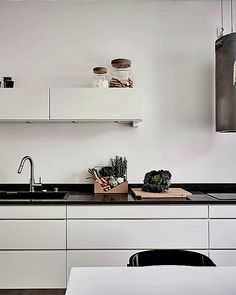 Kitchen remodel ideas Have you been amongst the millions of your home through interior decorating? You aren't alone, and this article was built exclusively for your circumstances. The advice is simply what you should get moving! Scandinavian Apartment, Scandinavian Kitchen, Kitchen Interior, Kitchen Decor, Kitchen Design, Black Kitchens, Home Kitchens, Kitchen Black Counter, Interior Desing