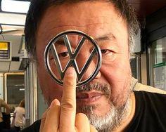 Esto es lo que le dice el artista chino Ai Wei Wei a Volkswagen justo antes de enfrentarse con la marca alemana de automóviles en los tribunales daneses por infracción de sus derechos de propiedad intelectual poniendo de fondo en un anuncio de sus coches una de sus obras, una instalación compuesta por varias chaquetas de inmigrantes. para ver la foto completa es preciso visitar el Instagram del artista (mayo de 2019). Basta con hacer click en la foto.