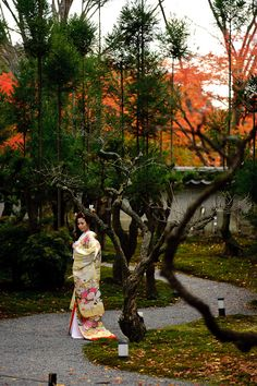 Photo Shoot Among the Fall Colors at Shouzan in Kyoto. More info here http://regex.info/blog/2010-11-29/1672