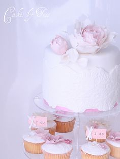 love the sugar flowers and lace