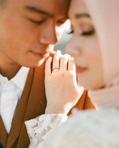 Most Popular Pre Wedding Photos Poses Ideas Pre Wedding Shoot Ideas, Pre Wedding Poses, Wedding Couple Poses Photography, Pre Wedding Photoshoot, Foto Wedding, How To Pose, Wedding Photography Inspiration, Photo Poses, Malay Wedding