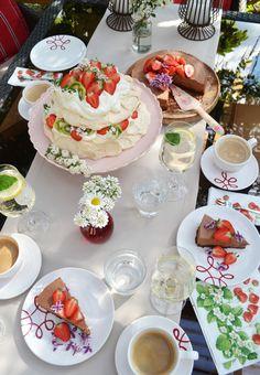 Schöner kann ein Nachmittagskuchen nicht sein #gmundner #keramik #purgeflammt #design #geschirr #kaffeeset #handbemaltes Table Settings, Pure Products, Table Decorations, Inspiration, Desserts, Design, Home Decor, Hand Painted Dishes, Coffee Set