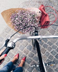 """Hanna Stefansson på Instagram: """"Biking around in Copenhagen on my @hrvelo bike with a big smile because: I love biking, a nice lady gave me free flowers, I'm wearing red shoes and I just passed 30k followers!! So cool! ❤️❤️❤️❤️❤️❤️❤️❤️❤️❤️❤️❤️❤️"""""""