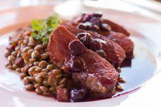 Entre um passeio e outro, almoço no hotel: suculentos filés de avestruz (carne bem consumida por aqui) com molho de cranberry (o Chile é um dos maiores produtores de oxicoco do mundo) e lentilhas cozidas. No Hotel Alto Atacama
