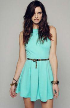 Vestido sencillo color turquesa.