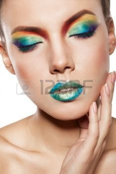 bel viso femminile con trucco arcobaleno. witn ragazza chiuse gli occhi toccare il viso con le mani photo