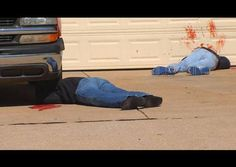 Scariest joke for Halloween : he put the bloody dolls in yard , neighbors reported massacre. Johnny Malins from Oklahoma decorated his house for the Halloween very seriously and, in order to scare passers-by on the driveway put two dolls bloody peop Halloween Pranks, Scary Halloween Decorations, Halloween Displays, Halloween Prop, Halloween 2015, Outdoor Halloween, Holidays Halloween, Happy Halloween, Halloween Stuff