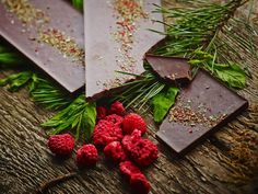 Dark chocolate, mint aroma and raspberry powder bar, decorated with freeze-dried mint leaves and sprinkled with raspberry powder. Fresh and tangy like forests just after rain. It's all gathered, ripened and perfected by Northern maidens.  Weight - 80 g