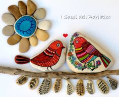 My birds are falling in love..(Part II ) Day Lovers  #paintedstones #birds #isassidelladriatico https://www.facebook.com/ISassiDelladriatico