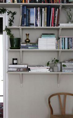 Bokhylla │ Search Results │ Johanna Bradford Home Decor Trends, Diy Home Decor, Decorating Blogs, Interior Decorating, Beautiful Interior Design, My Living Room, House Colors, Decoration, Interior Inspiration