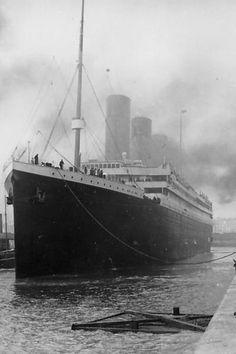 Foto de arquivo mostra Titanic deixando Southampton, no Reino Unido. O navio afundou em 15 de abril de 1912. Neste domingo, o naufrágio completa 100 anos.