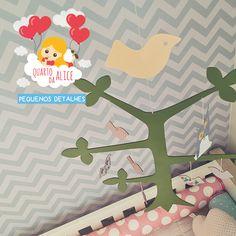 os móbiles, além de darem um toque mais divertido à decoração, ajudam nos primeiros estímulos visuais dos bebês. no quarto da alice, os passarinhos vão voar bem em cima do berço dela!