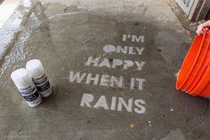 水に濡れると文字が浮かび上がる、防水スプレーを使ったストリートアートの紹介。