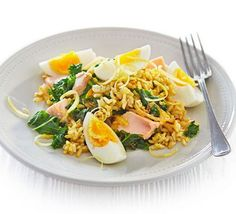 Kale & salmon kedigree: Packed full of heart-healthy brown rice, oily fish and turmeric, this curried classic makes a brilliant brunch, lunch or supper Healthy Menu, Healthy Eating, Healthy Recipes, Healthy Lunches, Savoury Recipes, Salmon Recipes, Seafood Recipes, Shellfish Recipes, Kedgeree Recipe