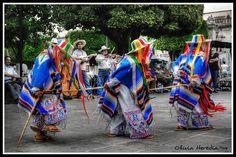 Danza de los Viejitos es un baile popular en Michoacán dedicado al Viejo Dios del fuego y la Huehuetéotl año. Es realizada por los tarascos y purépechas de Michoacán. Los bailarines se visten trajes diferentes a los campesinos de Michoacán.