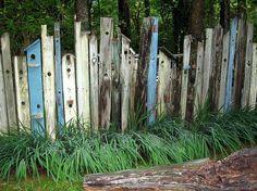 """Cloture, palissade, barrière découpe """"cabane à oiseaux"""". Bois de récup ou palette? Funny garden fence."""