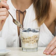 Probiotics are live microorganisms that have many health benefits. Aslo called good bacteria, probiotics, help your body in the digestive process and in fighting off harmful bacteria. Oatmeal Nutrition Facts, Diet And Nutrition, Low Carb Oatmeal, Low Fiber Diet, Digestion Process, How To Eat Less, Eat Right, Superfood, Healthy Life