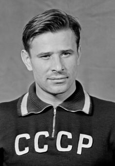 Lev Yashin Ballon d'Or the only goalkeeper ever to receive the award. He was voted the best goalkeeper of the century by the IFFHS. Football Icon, Best Football Players, Good Soccer Players, Football Design, Sport Football, France Football, World Football, Soccer World, School Football