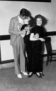 """Intensas Fotos Históricas              1934: Em Nova York, uma licença de casamento é negada a Martin L. Lambert e Violet Hilton, porque ela tinha uma gêmea siamesa, Daisy. O juiz considerou """"imoral"""" emitir a certidão"""